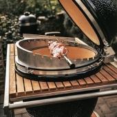 Cuando hacer barbacoa es un placer 👩🍳🧑🍳  La barbacoa kamado Monolith no es el famoso robot de cocina, pero como cocina de exterior es insuperable ya que puede ser horno, barbacoa, ahumador, plancha, wok, rustidor, paellero y para hacer pizzas, ollas y potajes una auténtica maravilla.  Además si eliges la versión Gurú tendrás la posibilidad de controlar la cocción en remoto.  #slpbarbacoas #kamado #monolithgrill #grill #rustidor #rustir #brasa