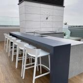 Para los amantes del estilo minimalista, Proline tapa plana de BeefEater Australia con hornillo lateral.  Nos encanta este proyecto hecho en España. Ahora solo queda lo mejor ¡Disfrutar!  #slpbarbacoas #cocinasdeexterior #outdoorkitchen #atico #arquitectura #diseñodeexteriores #beefeaterbbq #bbq #barbacoa #ciudad #españa #terraza #disfruteencasa
