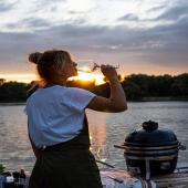 Modo vacaciones 🔛!!🔥  Verano, barbacoa, un brindis, atardeceres de ensueño…😍  Descubre el modelo Icon de @monolithkamadoespana con el que transformar tus veladas en una experiencia única.  📸Olga Martynovskaja  #slpbarbacoas #kamado #monolithkamado #monolithgrill #grill #sunset #barbacoa #bbq #brasa #celebremoslavida #nossobranlosmotivos
