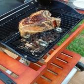 Sábado noche. ¿Cuál es vuestro plan? 🥩 🍷   BBQ Omega 200 carbón   #slpbarbacoas #brasa #carbon #barbacoa #saturdaynight #alabrasasabemejor #cococarbon