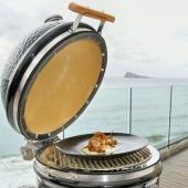 """𝐂𝐨𝐧𝐜𝐮𝐫𝐬𝐨 """"𝐓𝐚𝐩𝐚𝐬 𝐲 𝐩𝐢𝐧𝐜𝐡𝐨𝐬"""" 𝐝𝐞 𝐁𝐞𝐧𝐢𝐝𝐨𝐫𝐦  El Restaurante El Mesón ha vuelto a participar en el concurso """"Tapas y pinchos"""" de Benidorm esta vez acompañados de la barbacoa Kamado Junior de Monolith.🔥  La tapa se trata de una alcachofa braseada sobre una muselina de patata que se puede ver en la segunda fotografía.   @elmesonbenidorm  @monolithbbq  @monolithkamadoespana  @mario_ayus 📸 @gastroeventos_app   #slpbarbacoas #tapasypinchosbenidorm #alcachofa #benidorm #tapas #pinchos #rutadelatapa #kamado #barbacoa #brasa #asado #alabrasasabemejor #monolithgrill #kamadomonolith #monolithjunior #foodie #elmesonbenidorm"""